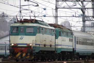Fulmine sulla linea ferroviaria, treni cancellati e ritardi di ore