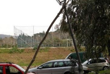 La foto: Valvisciolo, il lampione cade o non cade?