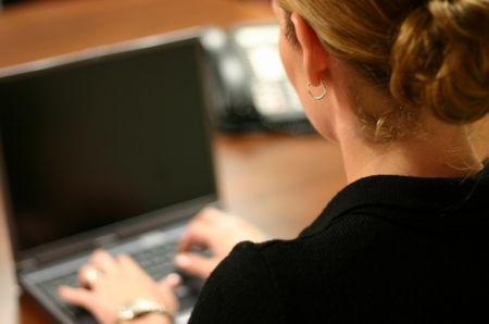 donna-computer-lavoro-latina-4873gdd25