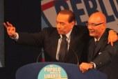 Berlusconi a Latina, bagno di folla e contestazioni. Lui scherza con Di Giorgi