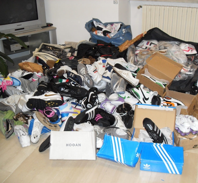 scarpe-false-vestiti-sequestro-latina