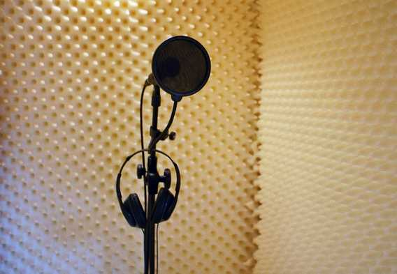microfono-studio-voce-latina-468768121