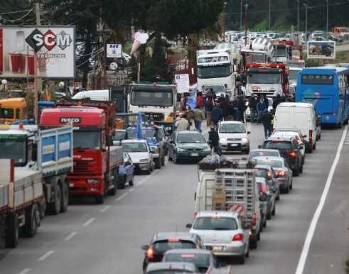 strada-bloccata-forconi-58776822