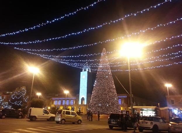natale-latina-24ore-albero-piazza-48923633