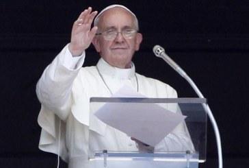 Papa Francesco saluta i detenuti del carcere di Latina