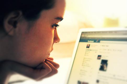 ragazza-facebook