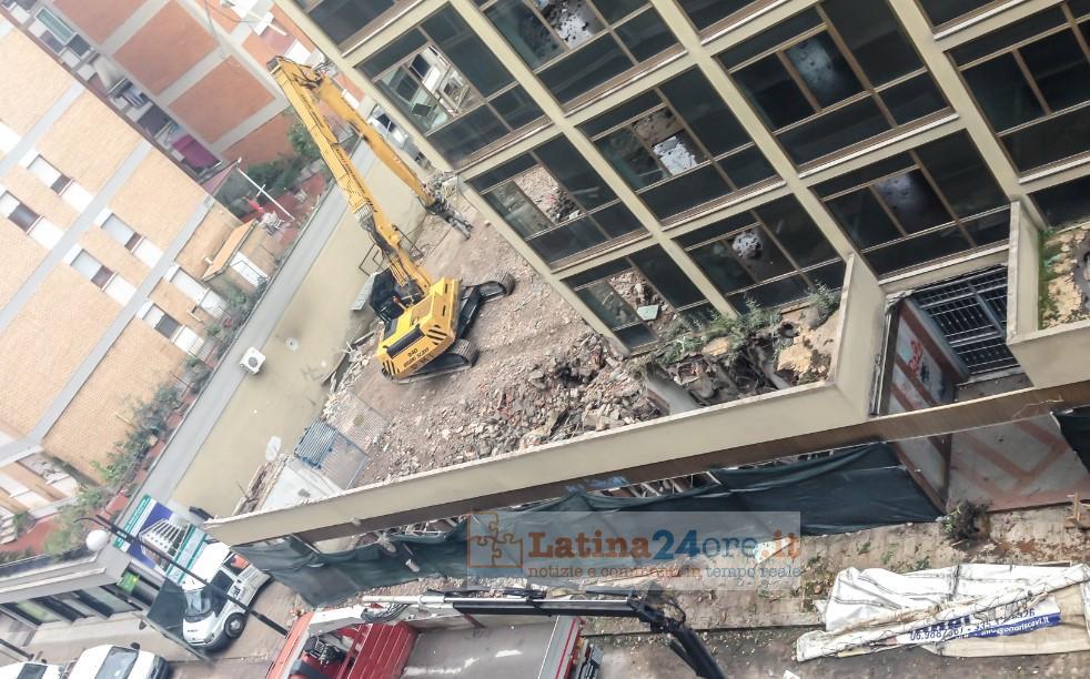 Foto addio palazzo del vescovo iniziata la demolizione for Piani di casa del fienile a una sola storia
