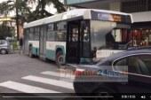Video/Parcheggio selvaggio e l'autobus resta bloccato in curva