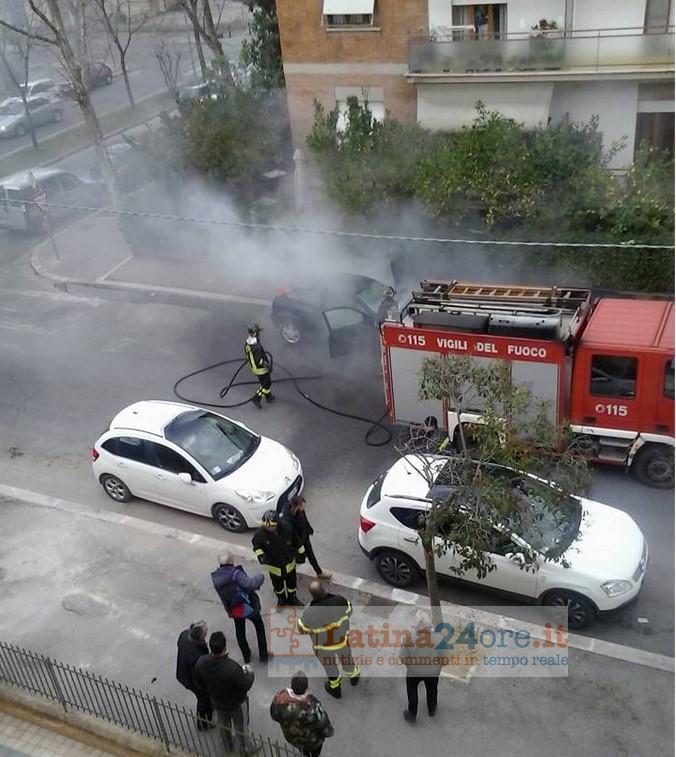 auto-incendiata-latina-via-alfieri