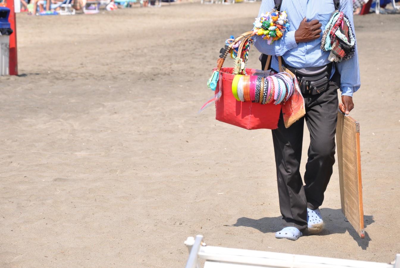 mare-latina-venditore-ambulante-spiaggia-2011-latina24ore