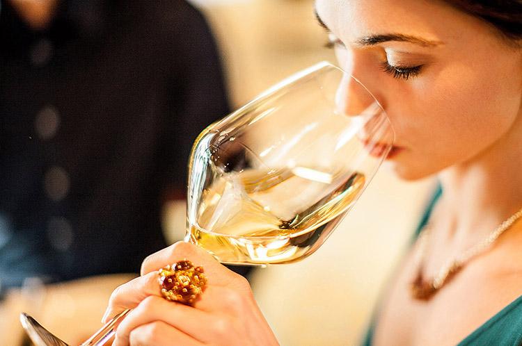 vino-bicchiere-donna