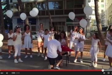 VIDEO La speciale promessa di Roberto a Jessica, flash mob in viale Italia