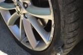 FOTO Latina Scalo, auto centra una buca: due gomme bucate e un danno di 600 euro