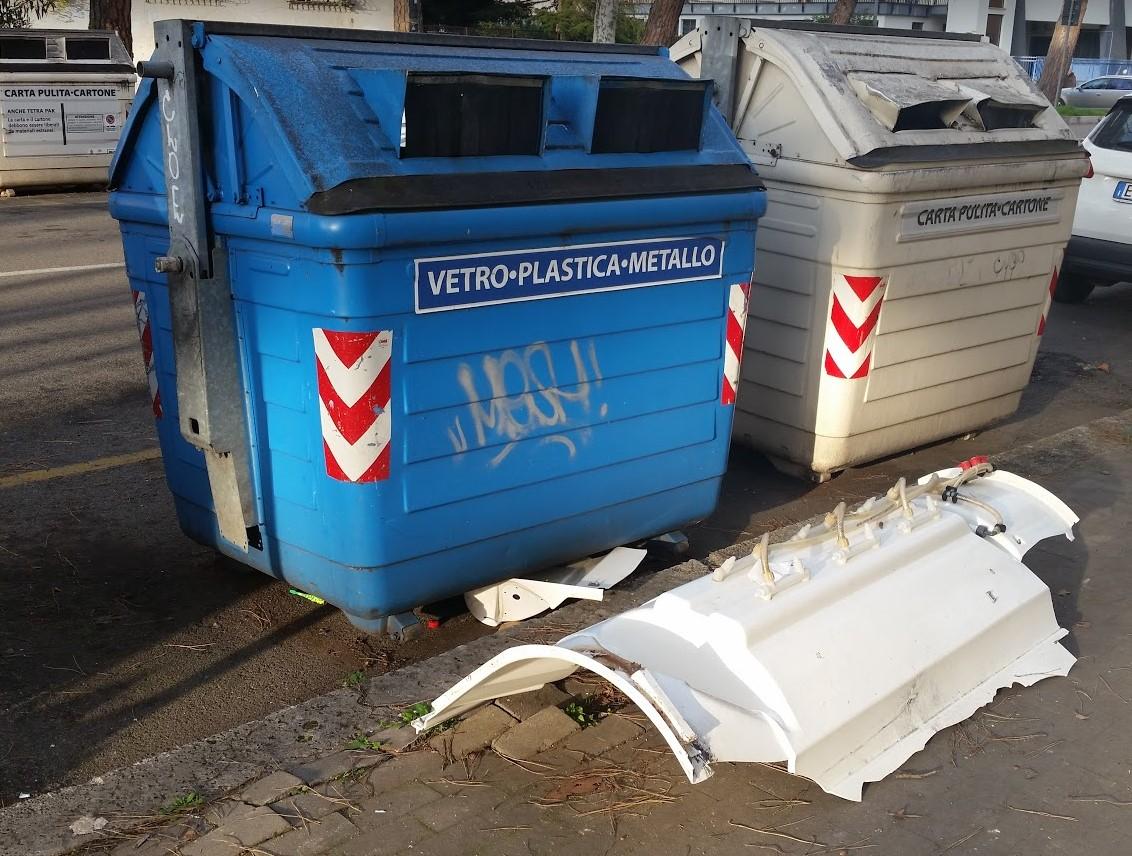doccia-rifiuti-strada-cassonetti-latina