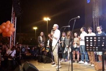 VIDEO FOTO Elezioni a Latina, Coletta riempie piazza del Popolo e canta sul palco