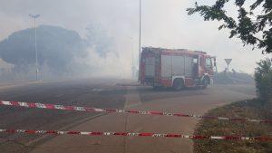 VIDEO FOTO Enorme incendio a Latina, chiusa via del Lido