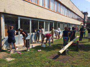 FOTO Sindaco e volontari in via Tasso per cancellare le scritte offensive