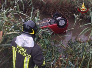 Auto nel canale, donna salvata dai vigili del fuoco di passaggio per un altro intervento