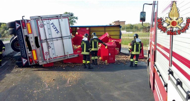 Camion carico di kiwi si ribalta sulla Pontina, strada chiusa