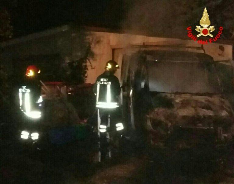 Aprilia, in fiamme un furgone in via Esino