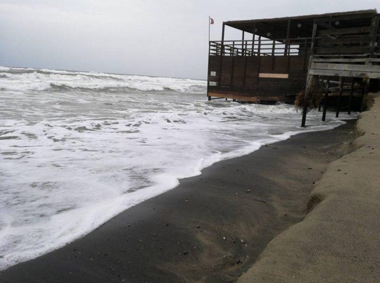 FOTO Il mare comincia ad avanzare al lido di Latina. Di Cocco: Cosa aspettiamo?