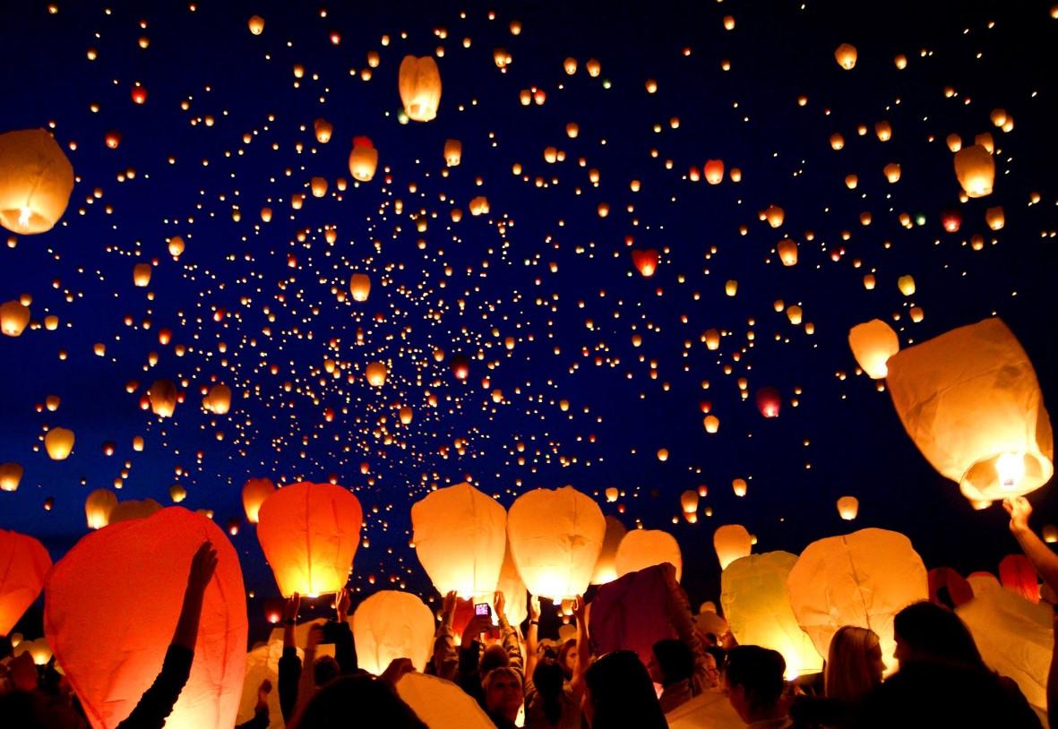 Molto Al cimitero di Latina lanterne in cielo per ricordare i propri  AA07