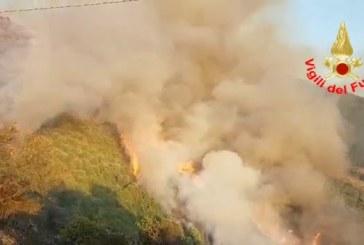 VIDEO Enorme incendio a Sermoneta, le impressionanti immagini dei vigili del fuoco