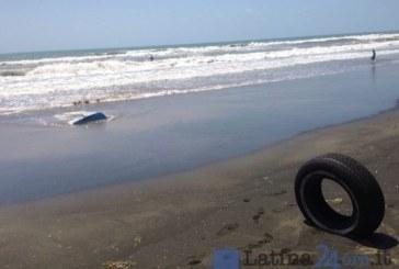 FOTO Sulla spiaggia libera di Latina spunta un copertone
