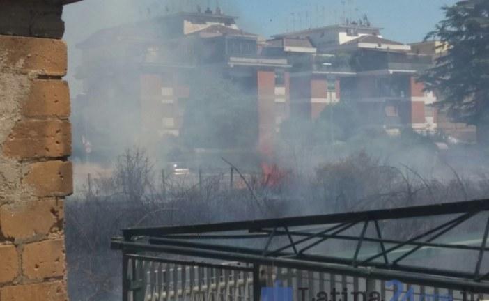VIDEO Latina, incendi vicino alla Torre Pontina e in via del Lido. Il fumo invade le abitazioni