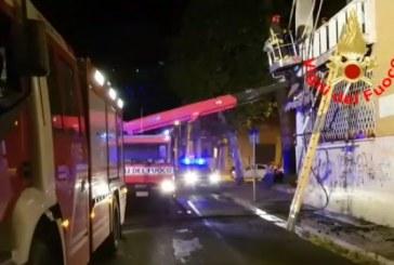 VIDEO In fiamme il motore di un condizionatore, paura in viale Mazzini