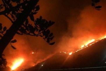 Terracina accerchiata dalle fiamme, i cittadini abbandonano le case