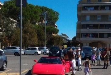 FOTO La Ferrari rossa occupa il posto per disabili davanti alla scuola Rodari di Latina