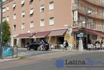FOTO Parcheggia la Jaguar sulla pista ciclabile per comprare le pastarelle, una bimba in bici non riesce a passare