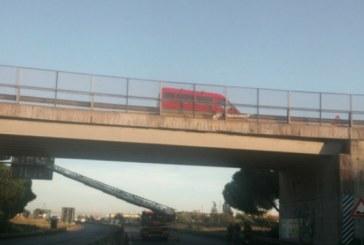 Cadono calcinacci da un ponte, chiusa la Pontina in entrambe le direzioni