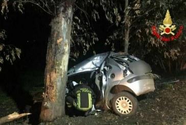 Terribile schianto in auto contro un albero, ferita una ragazza