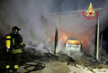 FOTO Incendio distrugge un'auto e una veranda a Fondi