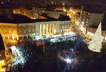 FOTO Latina, piazza del Popolo stracolma per salutare la Befana