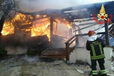 FOTO Paura a Sonnino, casa in legno completamente distrutta da un incendio