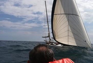 FOTO Barca a vela affonda in balia delle onde, salvati due diportisti di Latina