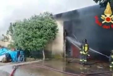 VIDEO Enorme incendio in un magazzino a Sabaudia