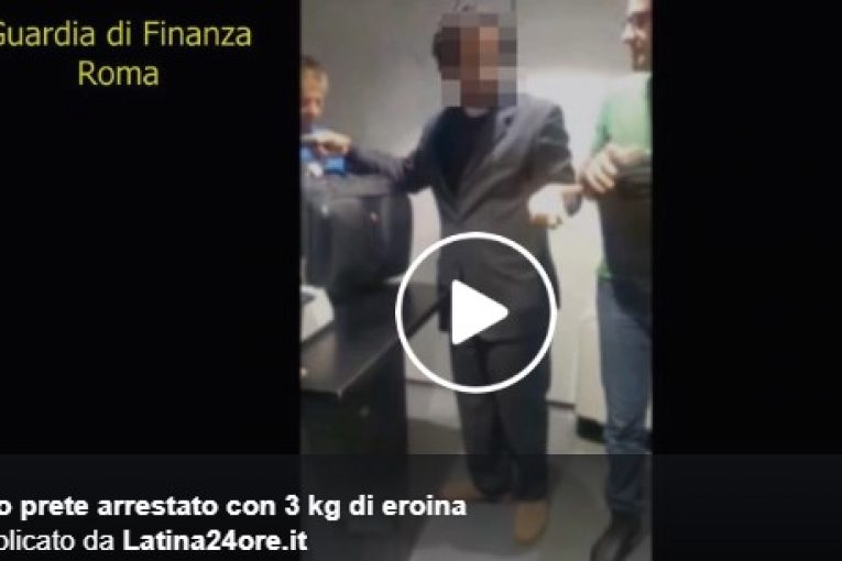 Roma, finto prete arrestato a Fiumicino: aveva 3 chili di eroina nella borsa del pc