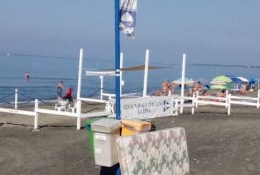 FOTO Al lido di Latina un materasso in spiaggia, sotto alla bandiera blu