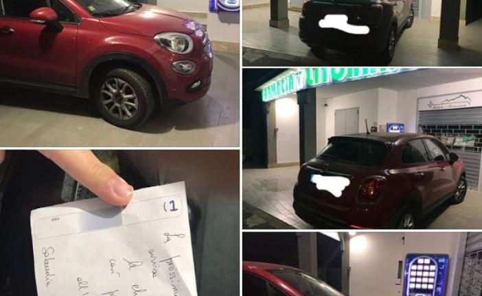 FOTO Parcheggio selvaggio davanti alla farmacia, ma la titolare lascia un biglietto